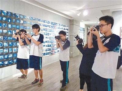 学生练习摄影,学习手工冲洗照片