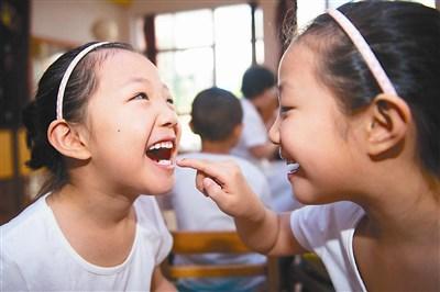 借助牙齿模型为小朋友讲解牙齿的构造,告诉孩子们保持口腔卫生的重要