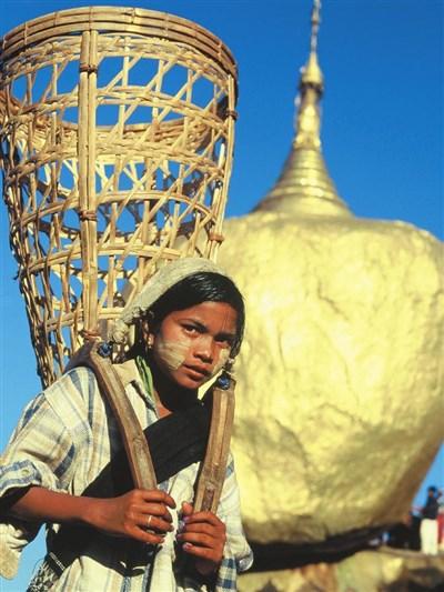 作者在柬埔寨拍到一位背著竹篓的小女孩,稚气的脸庞难掩生活的沧桑.