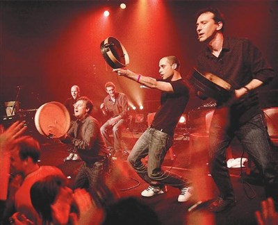 【記者郭士榛台北報導】南法人聲樂團「拉布蘭之心」,來自於法國南部馬賽市,二一年成立至今,不斷重塑「南法」人聲音樂,演唱時混合粗曠原始、甚至激烈的聲響,重現古時地中海風格。《拉布蘭之心人聲音樂會》三月七、八日國家音樂廳演奏廳登場。 音樂會中將演唱多首二一二年發行的《前進吧》與二七年《明天吧》的歌曲,將充滿著現代能量與即興的精神,觀眾將感受到意亂情迷的舞動情緒與狂熱感動。