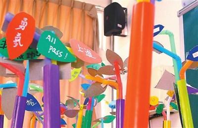 幼儿园艺术课彩色圈圈教案答:活动目标:在圆柱体上绕线.