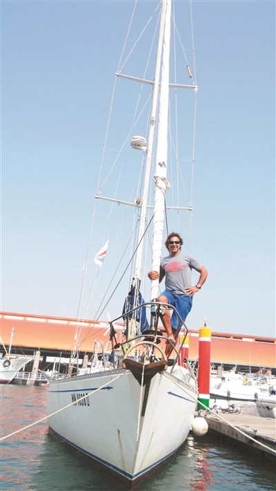 义大利藉的马歇尔驾驶单桅帆船游世界,最近靠泊高雄港. 图/谢龙田