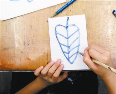 绘画步骤:  准备好需要的用具,先用蜡笔在珍珠板上画出叶子的形状及