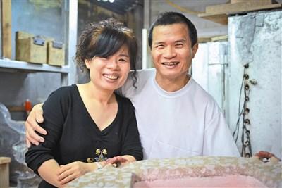陶艺家李金生(右)因病失忆,妻子许明香积极帮他恢复记忆.