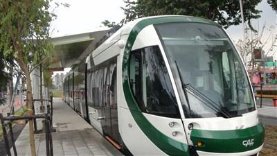 轻轨捷运车厢有5节,米白色加亮绿线条的车身,简洁而有现代感,非常亮眼