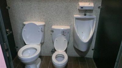 厕所安装蹲式和马桶的效果图