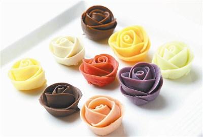 巧克力制作过程添加糖或其他原料,导致热量极高.