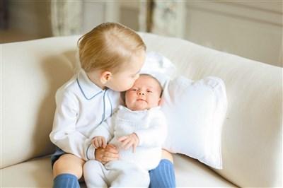 小孩可爱亲吻动态图片
