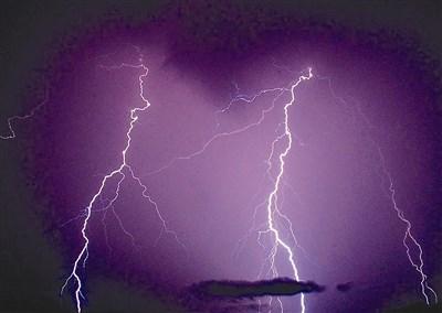 委内瑞拉的闪电湖,已登录在金氏纪录为「世上闪电最多的地方」.