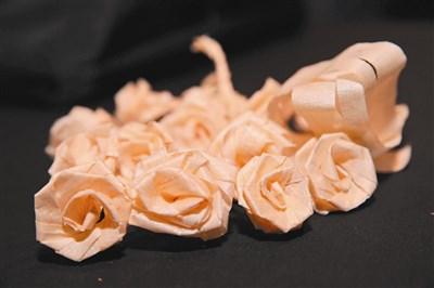 由木头刨下来刨花制作成的木玫瑰
